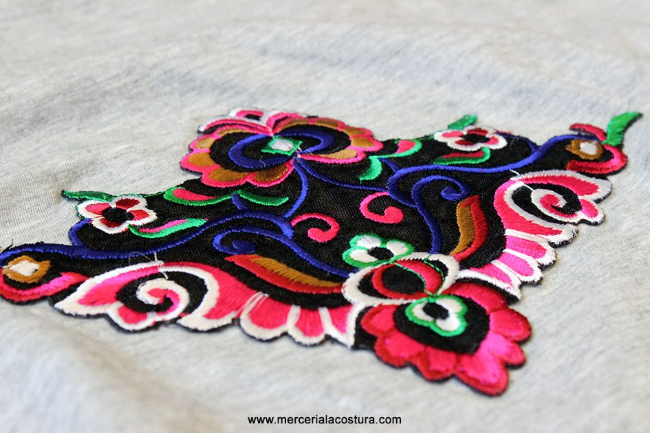 camiseta_customizada_parches_florales_detalles