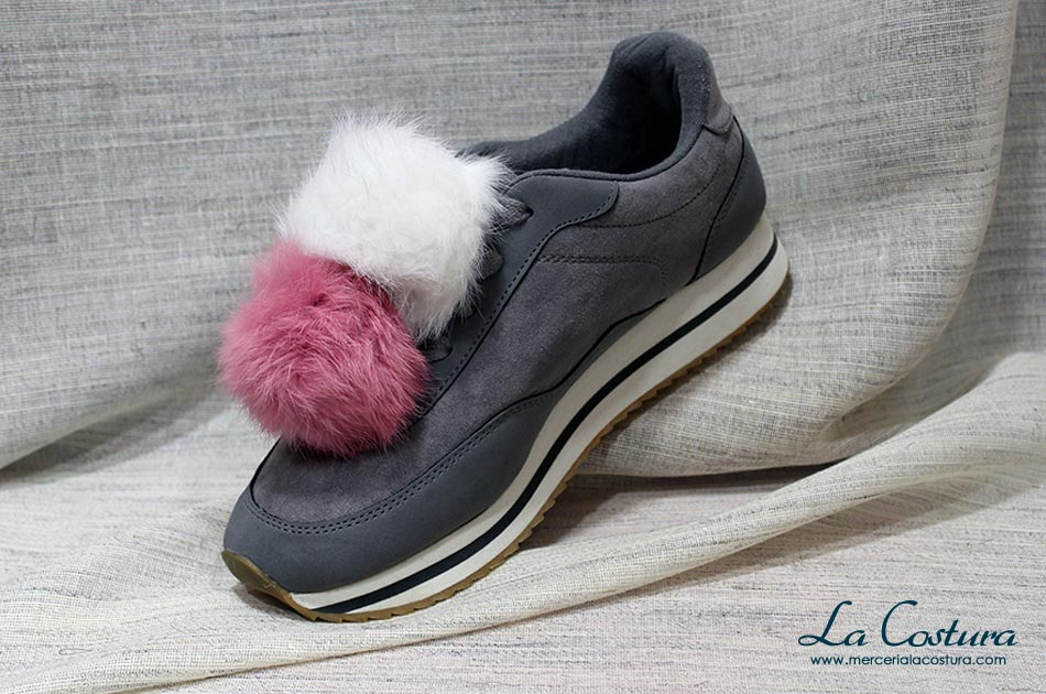 customizar-zapatillas-pompones-blanco-rosa