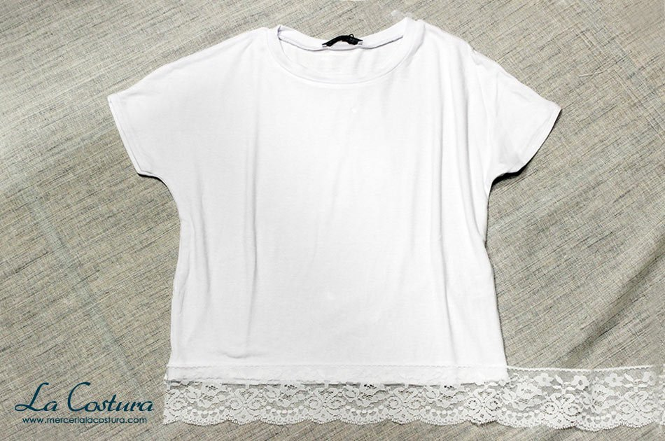 alargar-camiseta-top-crop-blanca-puntilla