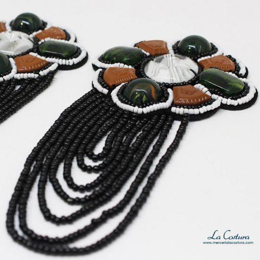aplique-con-abalorios-y-piedras-forma-flor-detalle