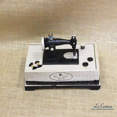 caja-de-madera-con-maquina-de-coser