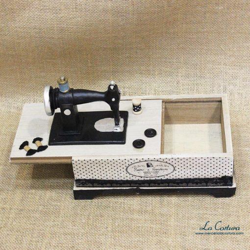 caja-de-madera-con-maquina-de-coser-abierto