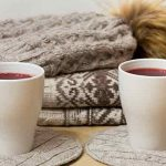 Cómo reciclar tus prendas de invierno con pelo y pompones