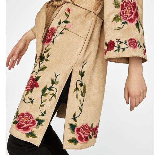 Abrigo con parches florales