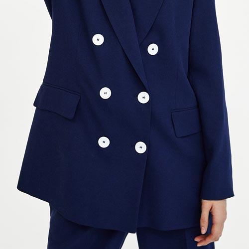 Blazer azul con botones de nácar blancos