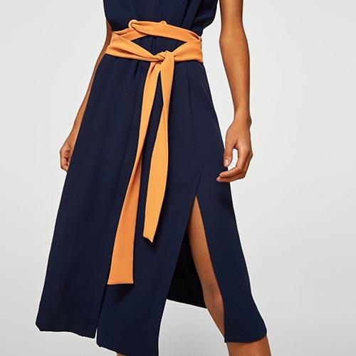 Lazo de raso a modo de cinturón en vestido