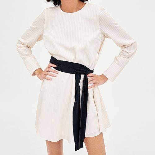 Lazo de terciopelo a modo de cinturón en vestido