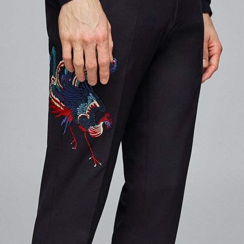 Pantalón hombre con parche de ave o pájaro