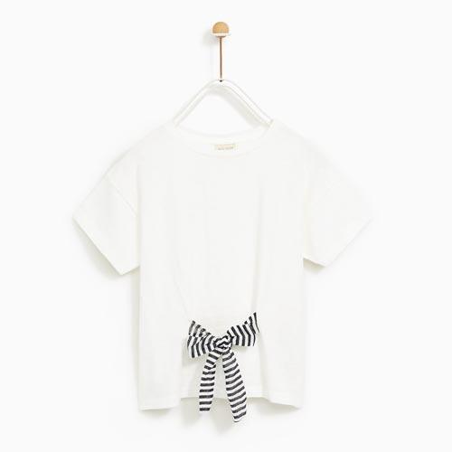 Camiseta niña con lazo decorativo en el centro