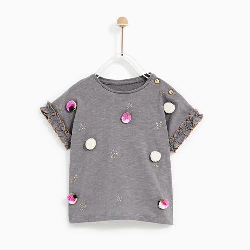 Camiseta de niña con pompones