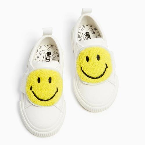 Zapatillas con parche de sonrisa