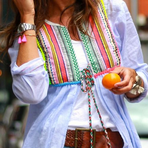 Camisa con pechera y madroños