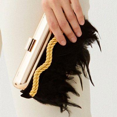Clutch con plumas y cordón de rayón dorado