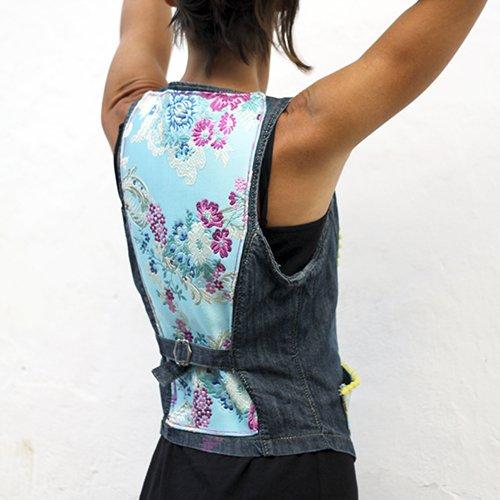 Chaleco denim reutilizado y customizado con textiles y pasamanería