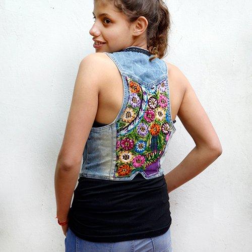 Chaleco denim inspirado en huipiles y customizado con pasamanería