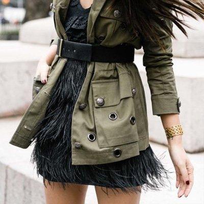 Minifalda con plumas negro