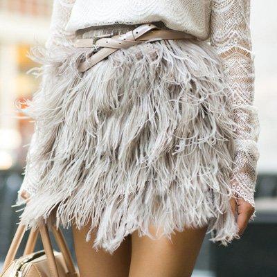 Minifalda con plumas nude