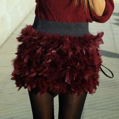 Minifalda con plumas en color granate
