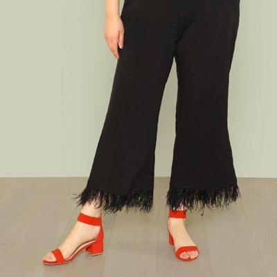 Pantalones anchos con plumas en el bajo