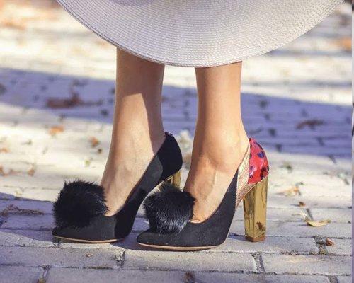 Zapatos de salón con pompón
