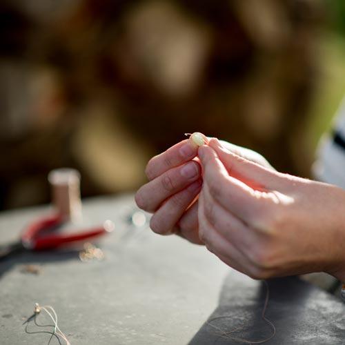 Proceso de creación de los colgantes de piedras naturales de Etoile Zarautz