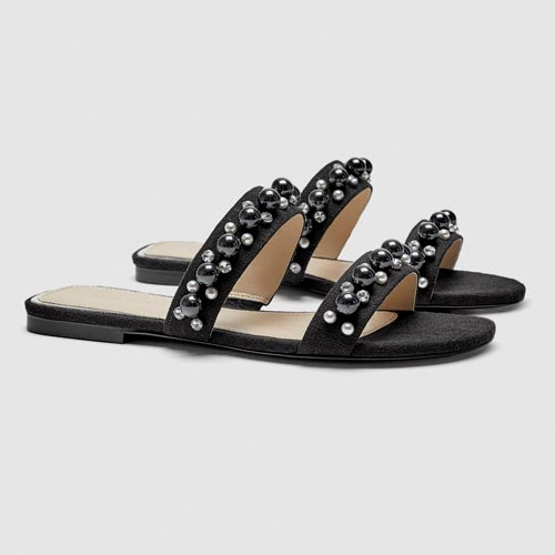 Sandalias con perlas, tachuelas y abalorios