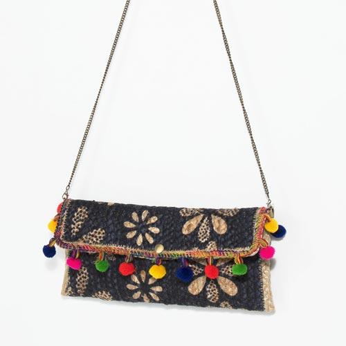 Bolso bandolera con detalle de pompones de colores