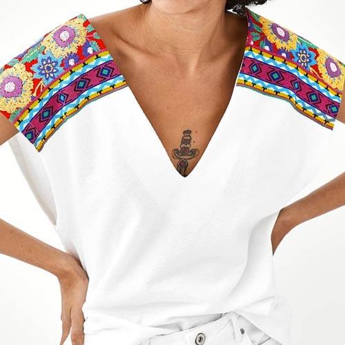 Camiseta con estampado étnico en hombros
