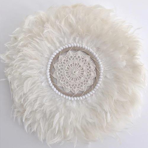Colgante de parede con plumas y centro de crochet