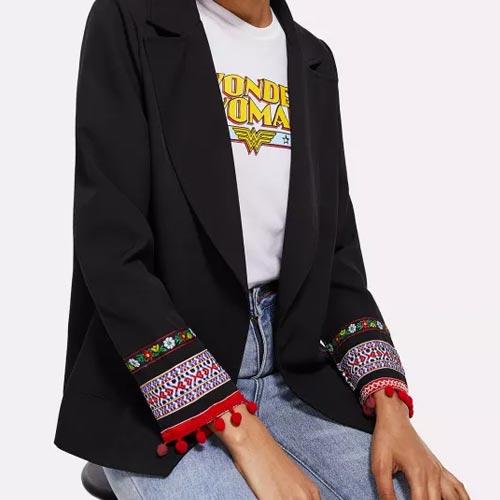 Blazer con adorno en mangas de tapacosturas y madroños