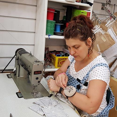 Helen de La Kraftería de Corazón trabajando