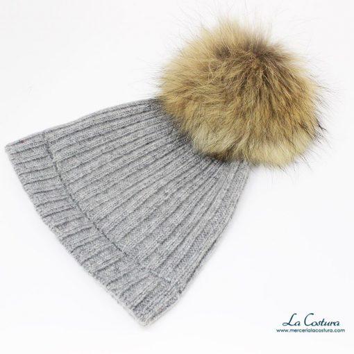 Maxi pompón de pelo natural en gorro de lana