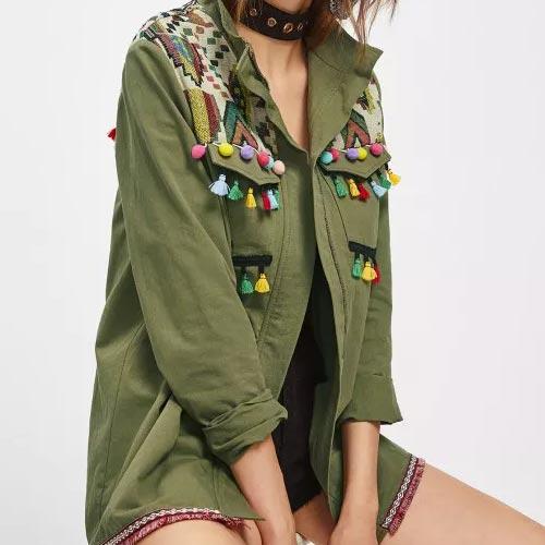 Sobrecamisa verde militar con flecos, borlas y madroños