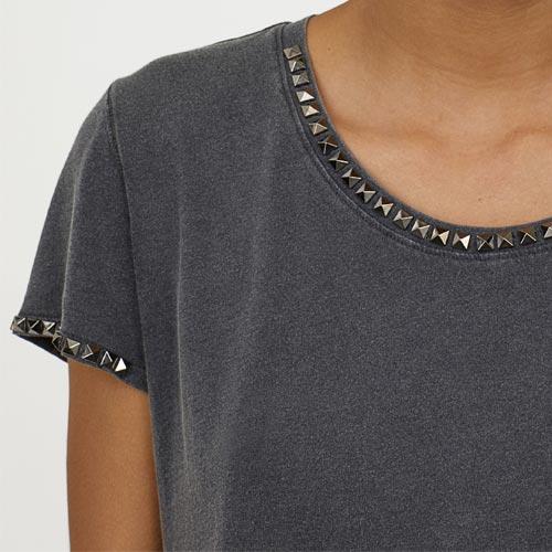 Camiseta con tachuelas en el cuello y en el borde de las mangas