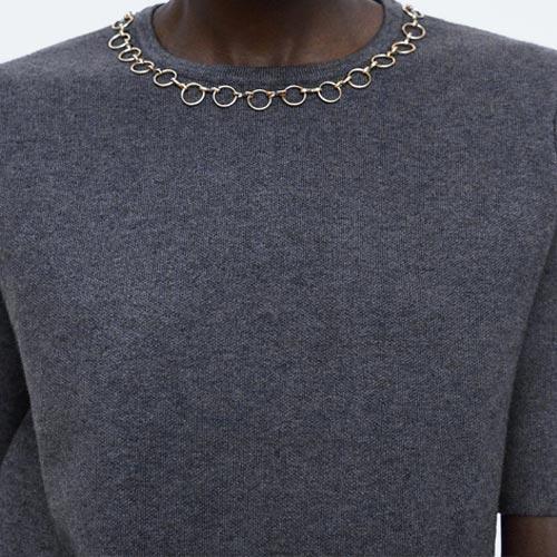 Top de punto con detalle de cadena en el cuello