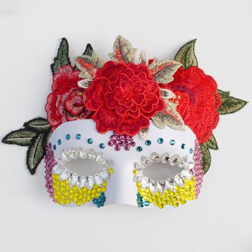 Máscara de halloween con abalorios, piedras acrílicas y parches florales