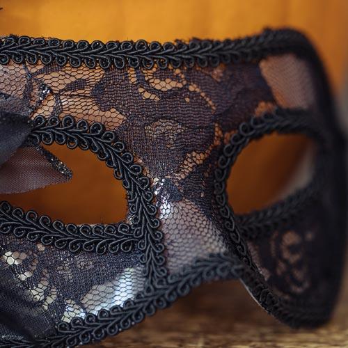 Máscara para halloween realizada con galón y puntillas