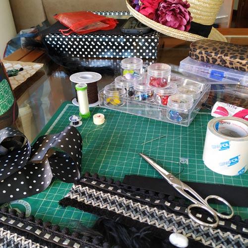 Materiales y mesa de trabajo de Soniketes