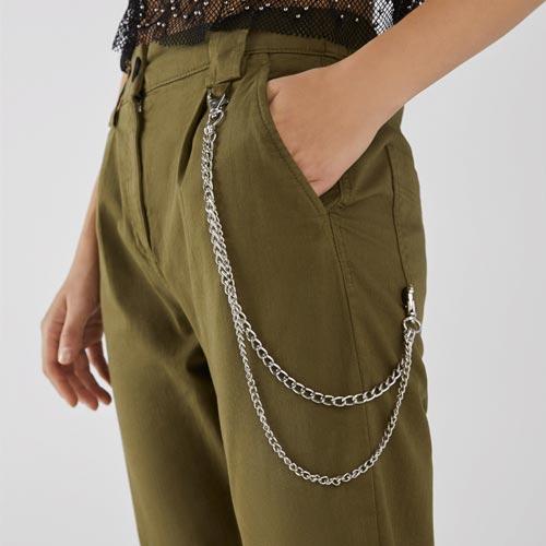 Pantalón con detalle de cadena en el bolsillo