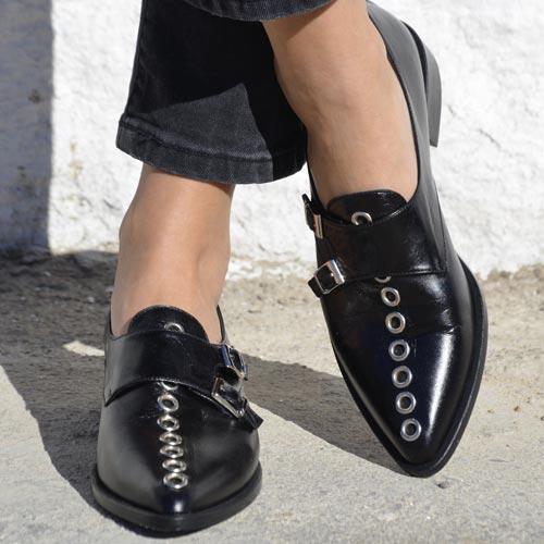 Zapato de punta con adorno de ojetes plateados