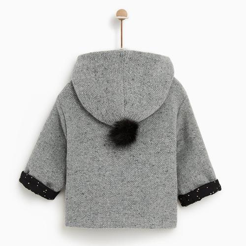Abrigo de bebé con detalle de pompón en capucha