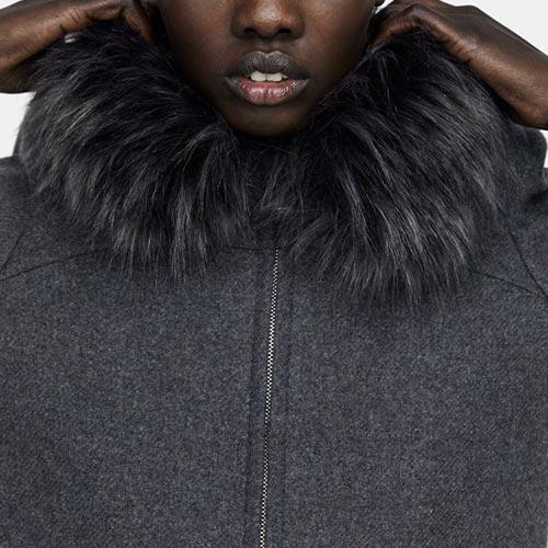 Abrigo con detalle de pelo en cuello