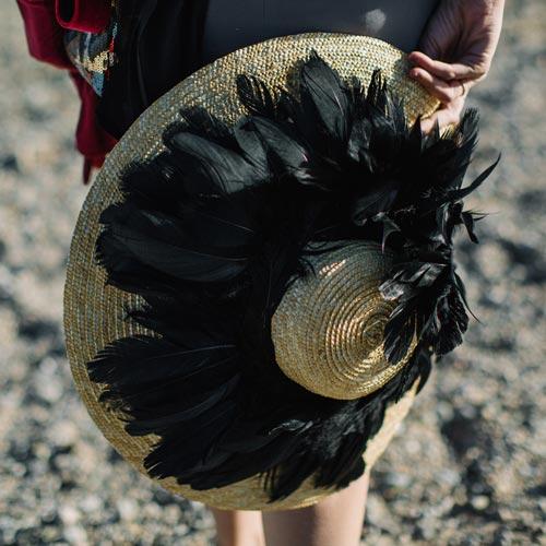 Pamela de rafia con plumas de cisne negro