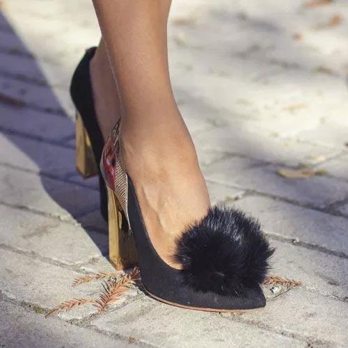 Zapatos negros de tacón con pompón