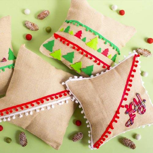 Cojines de navidad hechos con tela de saco y madroños