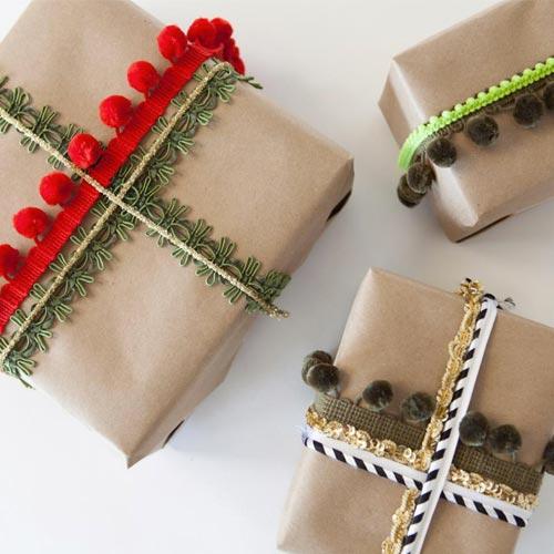Envoltorio para regalo con madroños y pompones