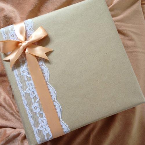 Envoltorio para regalo con puntilla y lazo