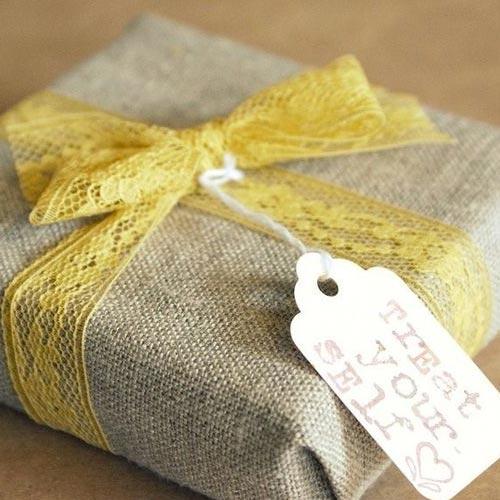 Envoltorio para regalo con tela de saco y puntilla