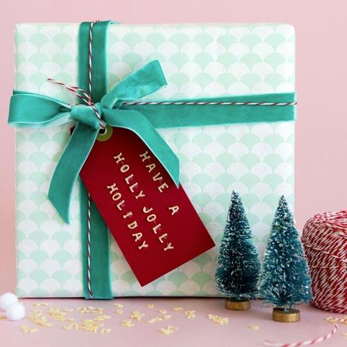 Envoltorio para regalo con lazo de terciopelo y cordón bicolor