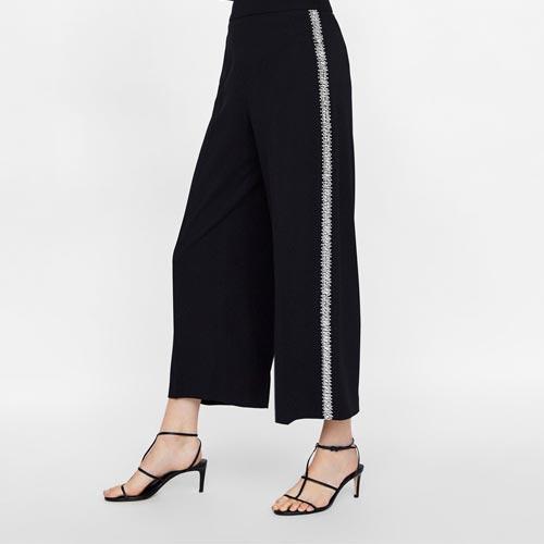 Pantalón con banda lateral de abalorios, pedrería y strass